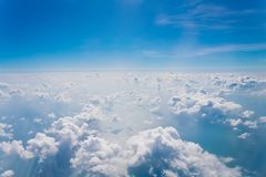 Облака и небесно-голубое, осмотренный от окна самолета Стоковое Изображение RF