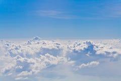 Облака и небесно-голубое, осмотренный от окна самолета Стоковые Фотографии RF