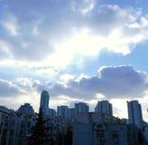 Облака и небо в городе Стоковые Изображения RF