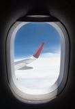 Облака и небо как увиденное до конца окно воздушного судна Стоковые Фото