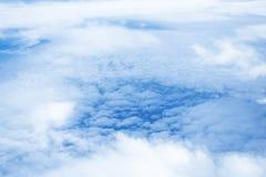 Облака и небо как увиденное до конца окно воздушного судна Стоковое Фото