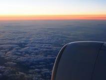 Облака и окно sthrough неба самолета на nighttime Стоковое Фото