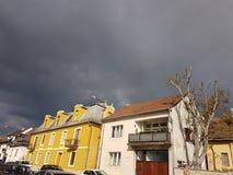 Облака и дома шторма Стоковые Фото