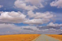 Облака и дорога Тибета красивые Стоковые Фото