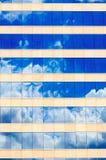 Облака и отражение неба в окнах Стоковое фото RF