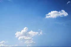 Облака и предпосылка голубого неба Стоковое Фото