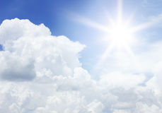 Облака и солнце в голубом небе для текстуры предпосылки Стоковое Изображение RF