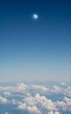 Облака и луна в голубом небе, воздушном взгляде ландшафта от окна самолета Стоковое фото RF