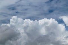 Облака кумулюса на переднем плане и облака на заднем плане Стоковые Фотографии RF