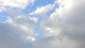 Облака медленно плавают через небо видеоматериал