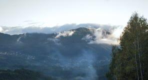 Облака над горой Стоковое Фото