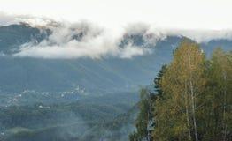 Облака над горой Стоковые Фото