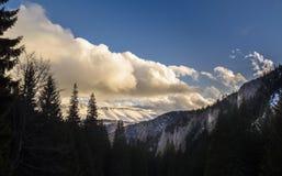 Облака над гребнем горы Стоковые Изображения RF
