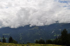 Облака на зеленом цвете Стоковое фото RF