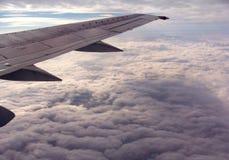 облака над крылом Стоковые Изображения RF