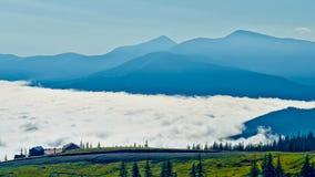 Облака на ноге гор стоковое фото rf