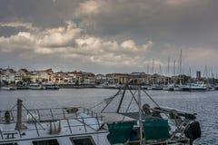 Облака над портом стоковая фотография rf