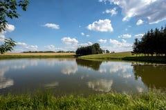 Облака над прудом Стоковые Изображения RF