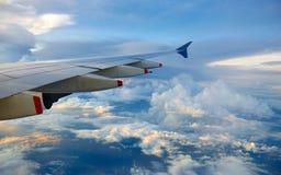 облака над плоским крылом Стоковые Изображения