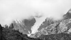 Облака над снежными горами стоковое изображение rf