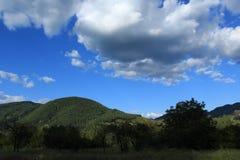 Облака над холмами Стоковые Изображения RF