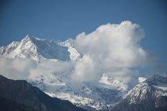 Облака над snowcapped горами, Гималаи, Uttarakhand, внутри Стоковая Фотография