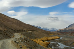 Облака неба дороги реки гор Стоковые Фотографии RF