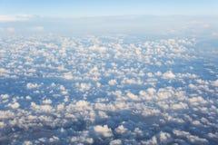 Облака Небо против предпосылки голубые облака field wispy неба природы зеленого цвета травы белое Стоковое Фото