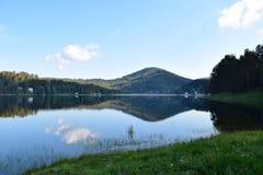 Облака отражая в воде Стоковые Фотографии RF