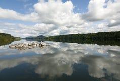 Облака отражая на озере в Норвегии Стоковая Фотография