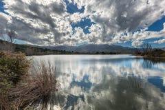 Облака отразили в Lac de Padula около Oletta в Корсике Стоковая Фотография