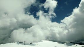 Облака промежутка времени na górze горы снега видеоматериал