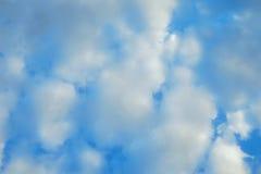 Облака плавают вполне неба стоковые изображения rf