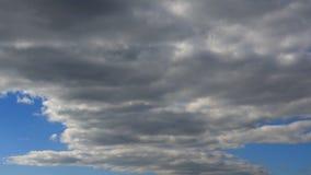 Облака плавают через голубое небо, timelapse сток-видео