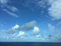 Облака плавая над океаном Стоковые Изображения RF