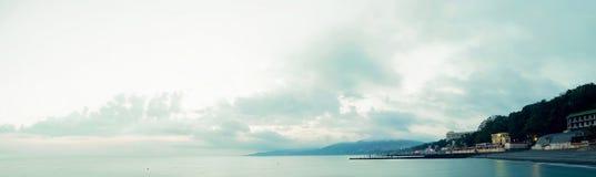 Облака плавая над побережьем Стоковая Фотография RF