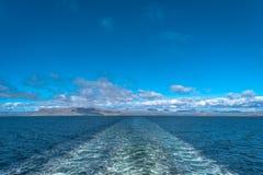 Облака след голубого неба и корабля в Атлантическом океане, лете Стоковые Фото