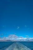 Облака след голубого неба и корабля в Атлантическом океане, лете Стоковое Изображение