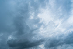 Облака с предпосылкой, солнечным светом через очень темную предпосылку облаков темных облаков шторма Стоковые Изображения RF