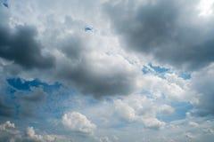 Облака с предпосылкой, солнечным светом через очень темную предпосылку облаков темных облаков шторма Стоковые Изображения
