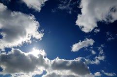 Облака с солнечным освещением в голубом небе Стоковое Изображение