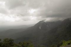 Облака целуя горы Стоковая Фотография