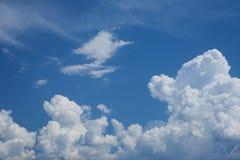Облака цирруса и кумулюса Стоковое Изображение