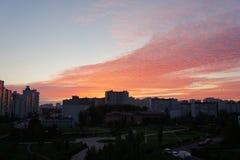 Облака цирруса над городом Стоковая Фотография RF