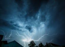 Облака шторма загорены изнутри вспышки молнии Стоковое Изображение