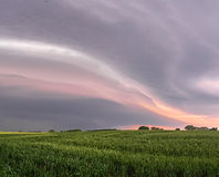 Облака шторма затмевают небо над полем rhye Стоковые Фотографии RF