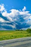 Облака шторма и голубое небо стоковые фотографии rf