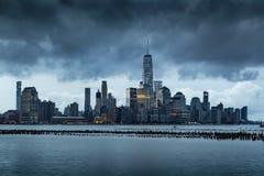 Облака шторма над более низкими небоскребами Манхаттана город New York Стоковые Фото