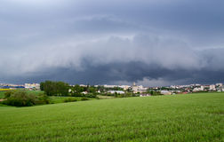 Облака шторма над городом Стоковая Фотография