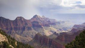 Облака шторма над гранд-каньоном Стоковое Изображение RF